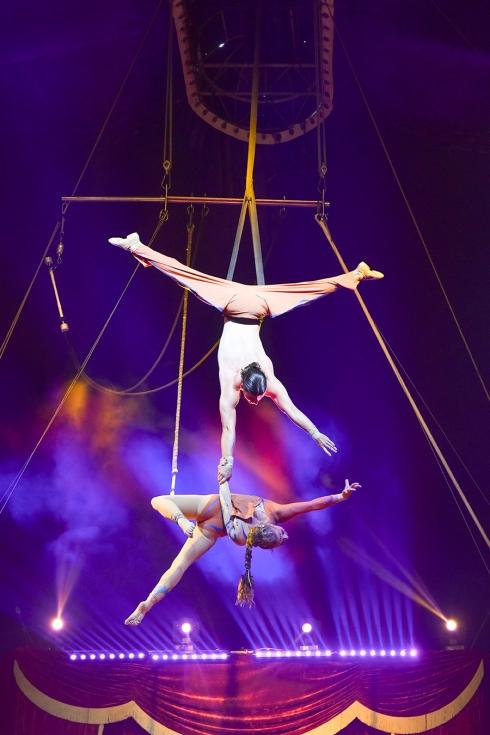 circus 1492 acrobat man holding woman 2017